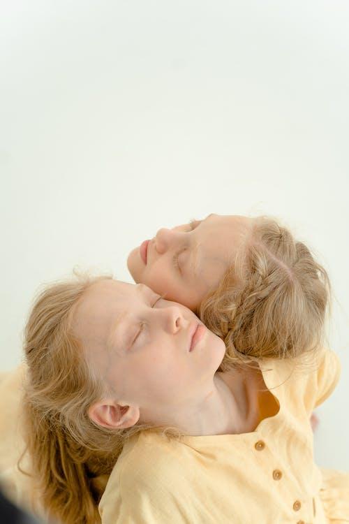 Fotobanka sbezplatnými fotkami na tému biele pozadie, blond vlasy, byť spolu
