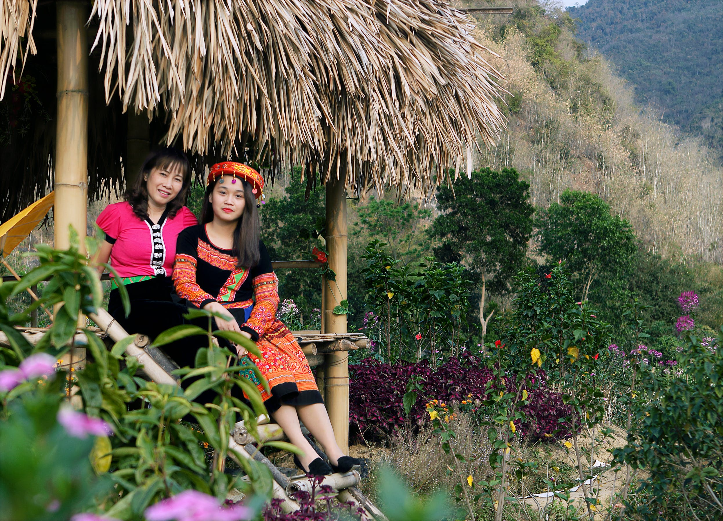 Δωρεάν στοκ φωτογραφιών με nipa hut, Άνθρωποι, βουνό, γυναίκες