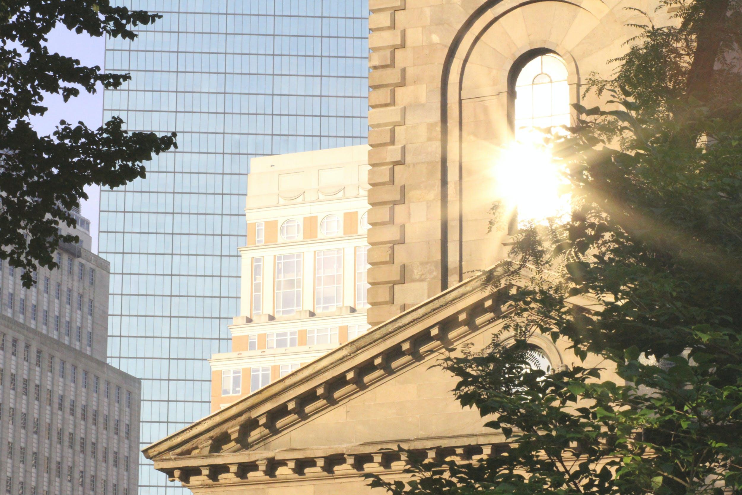 Kostnadsfri bild av glimt, kyrka, morgonsol, stad