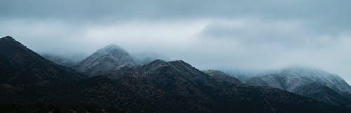 Kostenloses Stock Foto zu berge, bewölkt, dunst, himmel