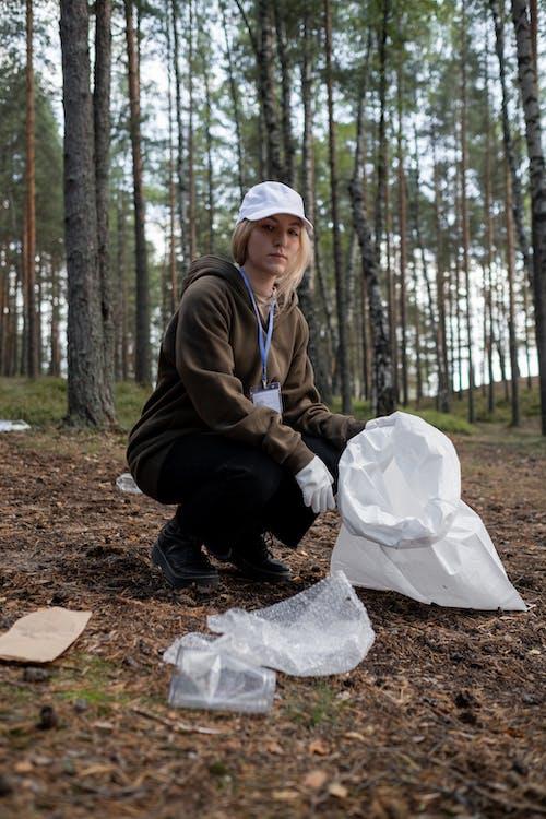 地面からリサイクル可能なものを拾うクリーンアップボランティア