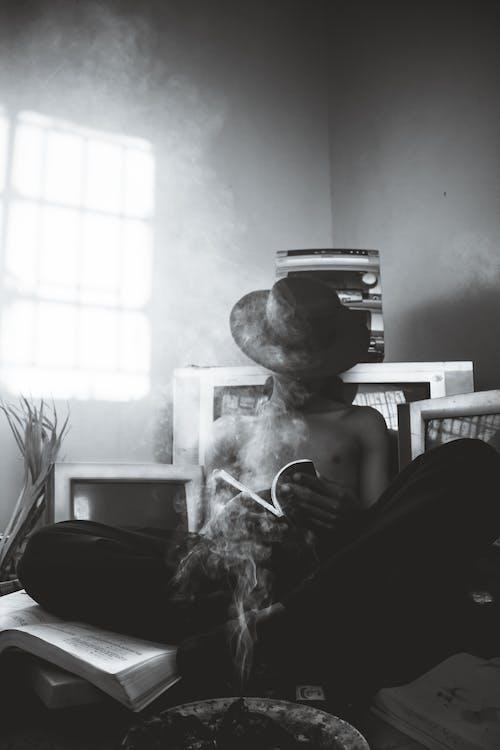 Foto profissional grátis de escala de cinza, homem, leitura