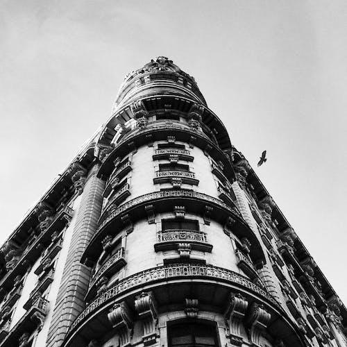 Foto profissional grátis de alto, arquitetura, céu, construção