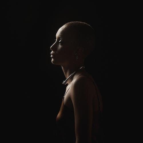 Darmowe zdjęcie z galerii z ciemny, cień, dama, dziewczyna