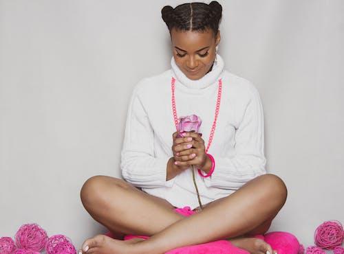 Afrikalı kadın, bakmak, çiçek içeren Ücretsiz stok fotoğraf
