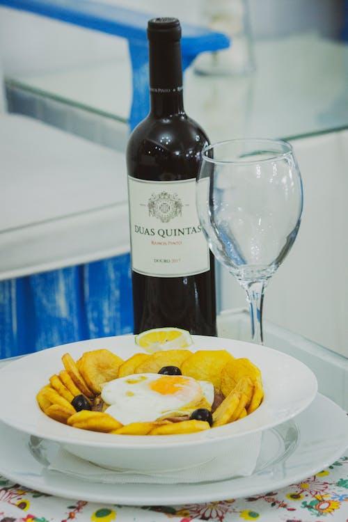 akşam yemeği, bardak, Beyaz şarap içeren Ücretsiz stok fotoğraf