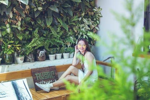 Gratis arkivbilde med anlegg, asiatisk kvinne, benk, blader