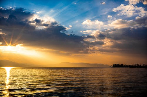 Gratis arkivbilde med blå himmel, gyllen sol, skyet himmel