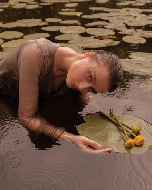 검은 머리, 꽃, 나뭇잎의 무료 스톡 사진