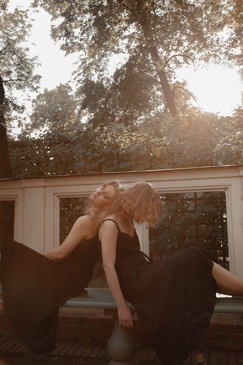 검정 드레스, 관능, 긴 머리의 무료 스톡 사진