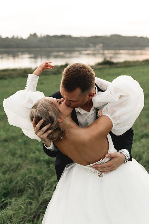 Fotobanka sbezplatnými fotkami na tému bozkávanie, deň, dobre oblečený
