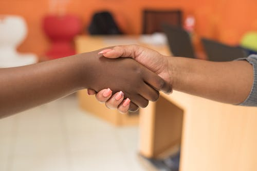 Foto stok gratis berbayang, berjabat tangan, dalam ruangan, istri