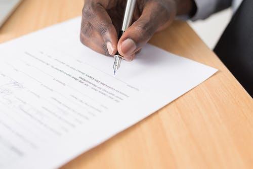 Fotos de stock gratuitas de bolígrafo, contrato, documento, escribiendo