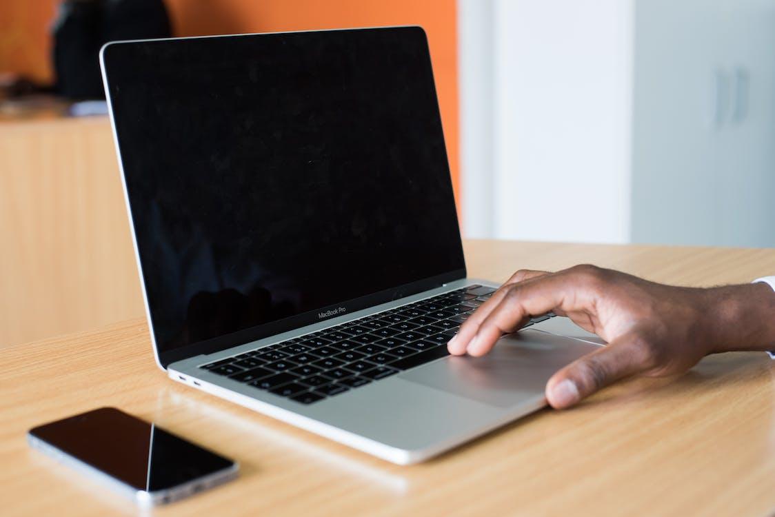 Iemands Hand Op Macbook Pro