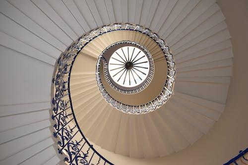 Ảnh lưu trữ miễn phí về ánh sáng, bậc thang, cầu thang xoắn, chủ nghĩa tối giản