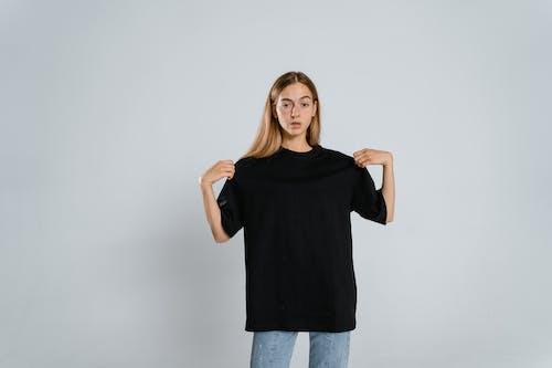 Fotos de stock gratuitas de adolescente, camiseta en blanco, camiseta negra