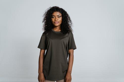 Безкоштовне стокове фото на тему «афро-американська жінка, білий фон, вигляд спереду»