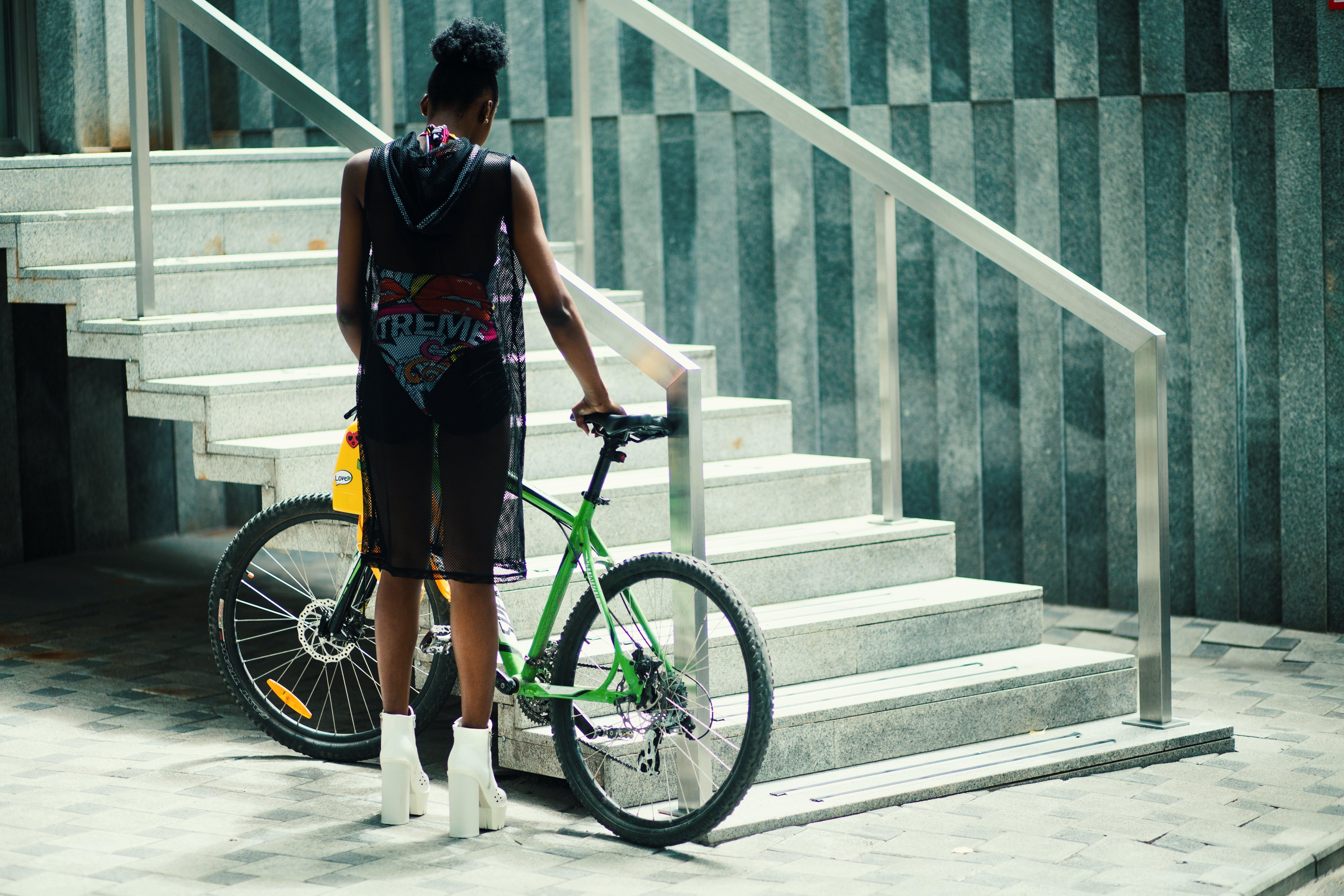 Fotos de stock gratuitas de actitud, atrás, atuendo, bicicleta