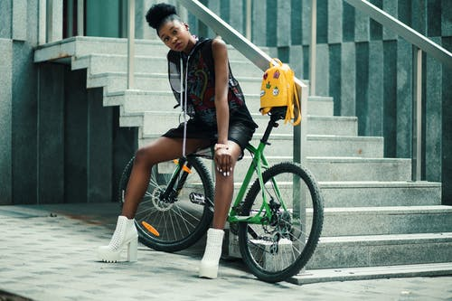 Gratis lagerfoto af afroamerikansk kvinde, ansigtsudtryk, billede, cykel
