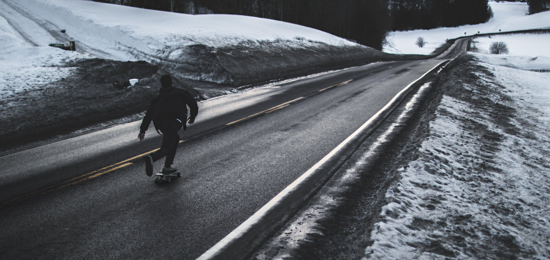 asfalt, bruslař, černobílá