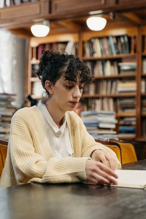 Immagine gratuita di alunno, biblioteca, giovane