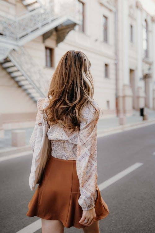 Kostenloses Stock Foto zu bluse, braune haare, draußen
