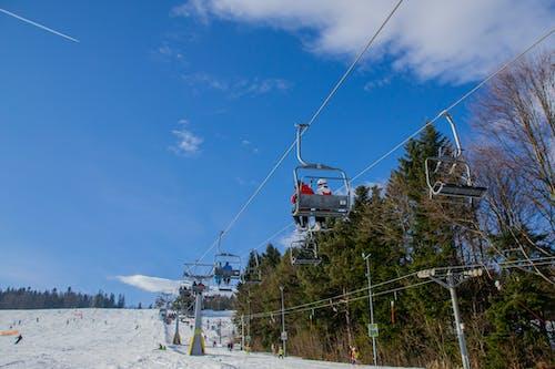 Ilmainen kuvapankkikuva tunnisteilla aurinkoinen päivä, flunssa, hiihtää, hiihtäjä