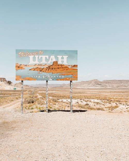 Un Letrero De Bienvenida A Utah En El Borde De La Carretera