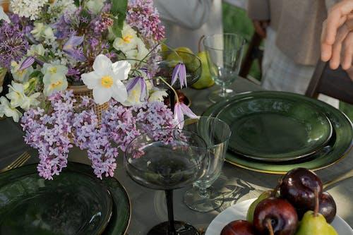 Immagine gratuita di bicchiere di vino, esterno, fiori