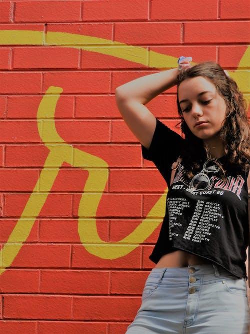 Gratis arkivbilde med bruke, gate, graffiti, jente