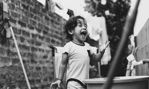Fotos de stock gratuitas de adulto, al aire libre, blanco y negro