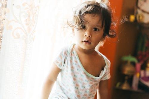 Fotos de stock gratuitas de adentro, bebé, bonita