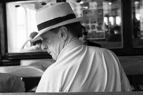 Immagine gratuita di adulto, bianco e nero, cappello, espressione facciale