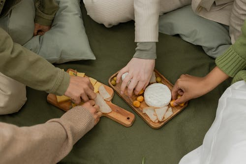 Darmowe zdjęcie z galerii z czworo ludzi, danie, jedzenie