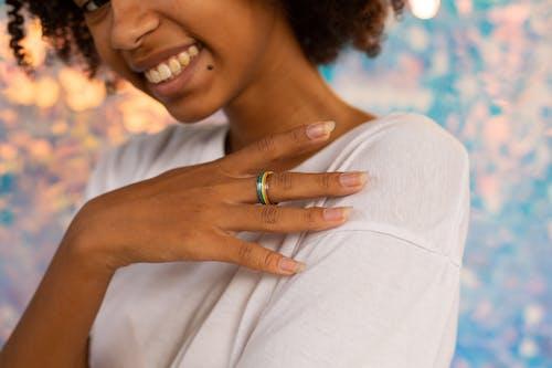 戴驕傲戒指的女人的特寫照片