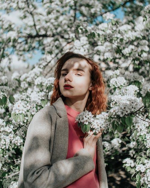 Młoda Kobieta Pozuje Przy Kiściach Białych Kwiatów