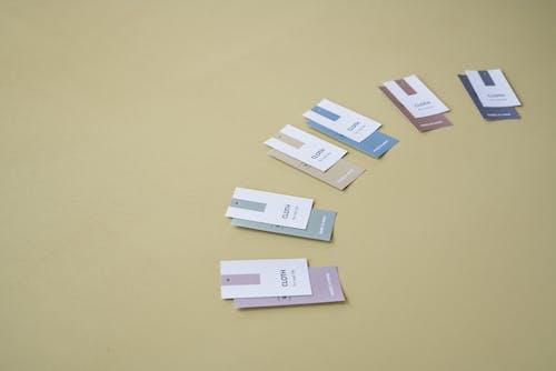 Gratis lagerfoto af beige baggrund, etiketter, flerfarvet