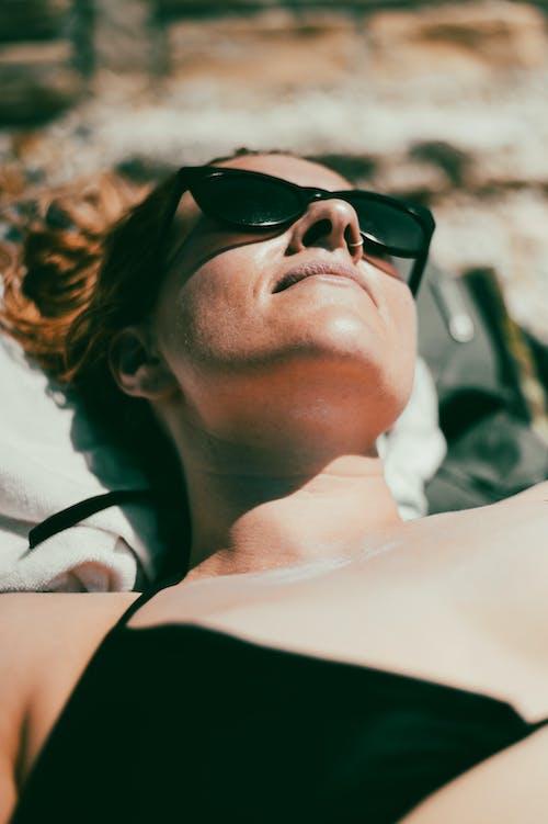 Foto profissional grátis de bronzeado, mulher, óculos de sol