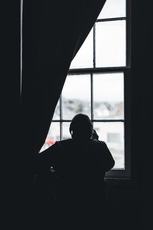 Kostnadsfri bild av bakgrundsbelyst, ensamhet, fönster
