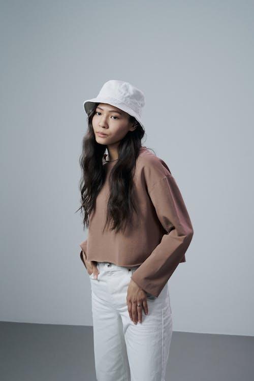 Immagine gratuita di abbigliamento casual, adulto, cappello bianco