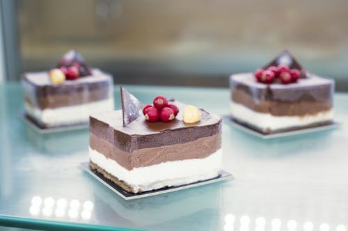 Photo Mise Au Point Sélective De Gâteau En Tranches Sur La Table