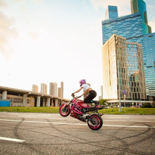 Бесплатное стоковое фото с архитектура, байкер, велосипед