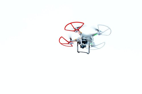 Foto profissional grátis de branco, dji, drone, drone voador
