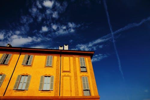 Gratis lagerfoto af blå himmel, bygning, gul, himmel