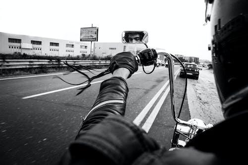 ヘルメット, 人間の腕, 屋外の無料の写真素材