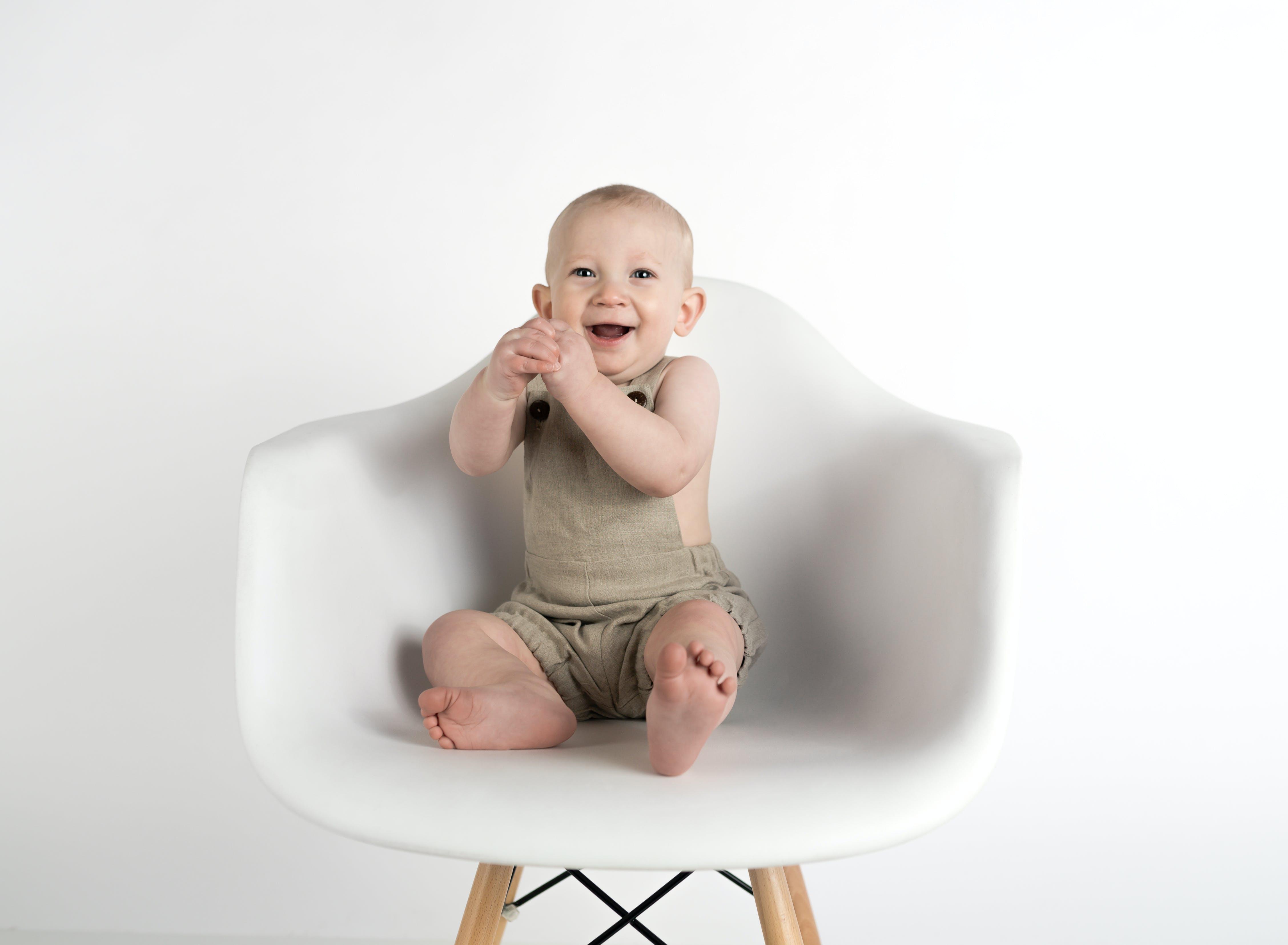 Foto d'estoc gratuïta de assegut, bebè, buscant, cadira