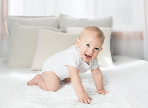 Ilmainen kuvapankkikuva tunnisteilla henkilö, hymyily, lapsi, makuuhuone