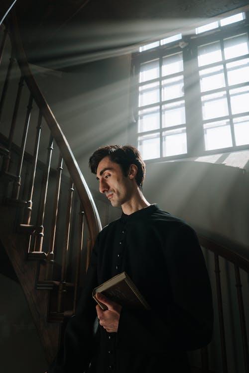 Foto d'estoc gratuïta de adult, angle baix, bíblia