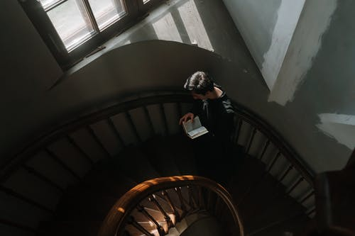 Foto d'estoc gratuïta de acció, adult, al pis de dalt