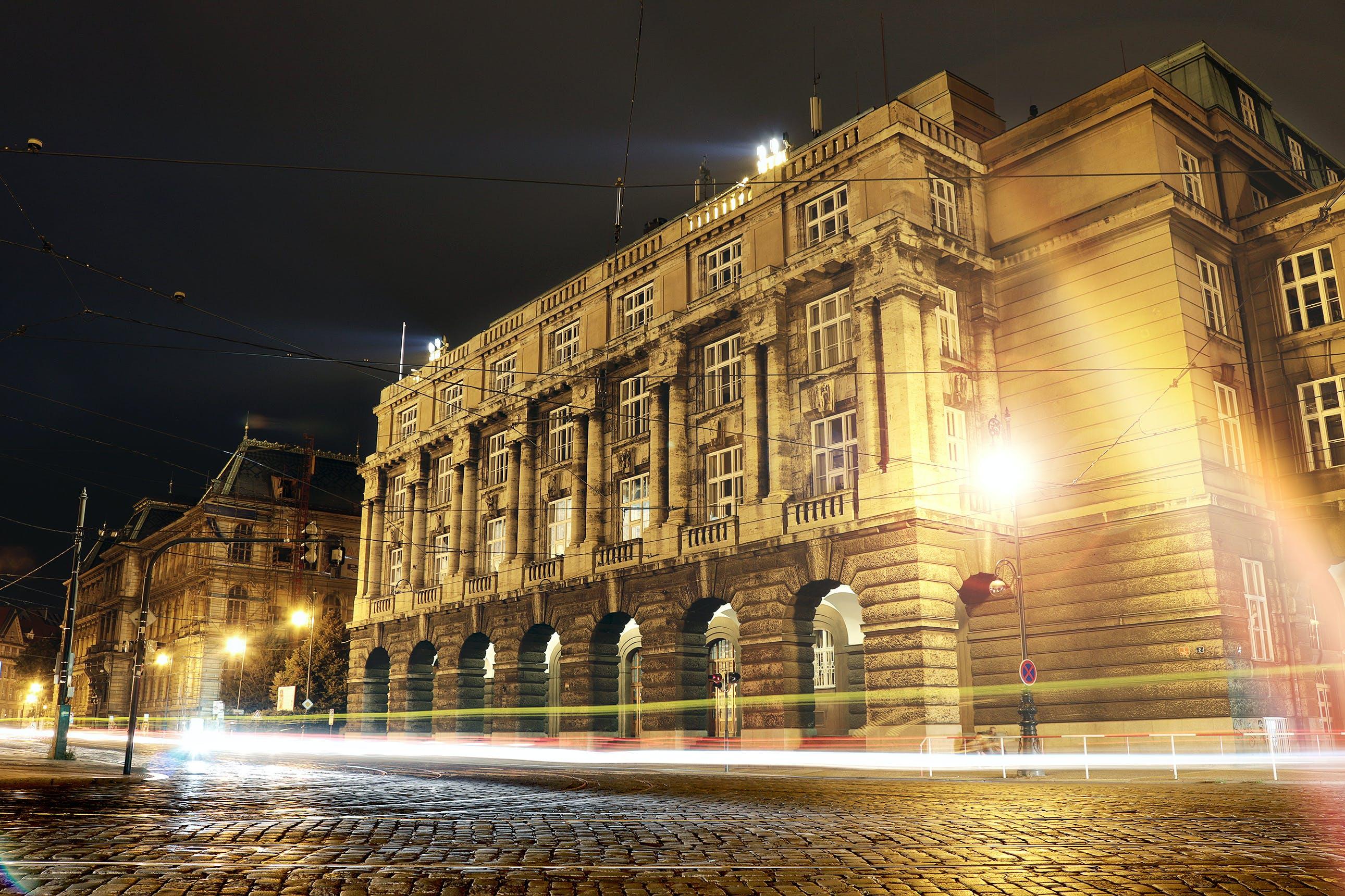 binalar, gece, ışıklar, mimari içeren Ücretsiz stok fotoğraf